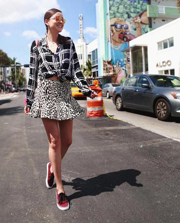 Mặc váy đi giày thể thao : chân váy ngắn