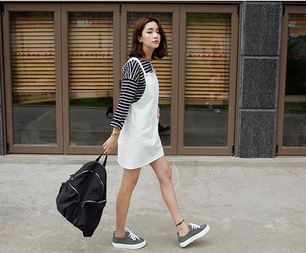 Mặc váy đi giày thể thao : váy yếm