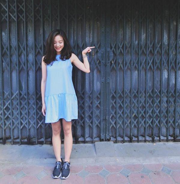 Mặc váy đi giày thể thao : váy liền